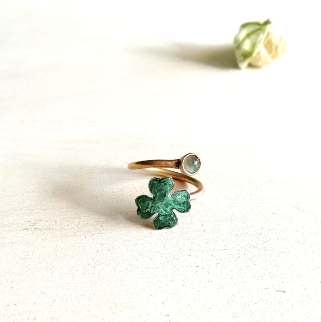anello con quadrifoglio verde