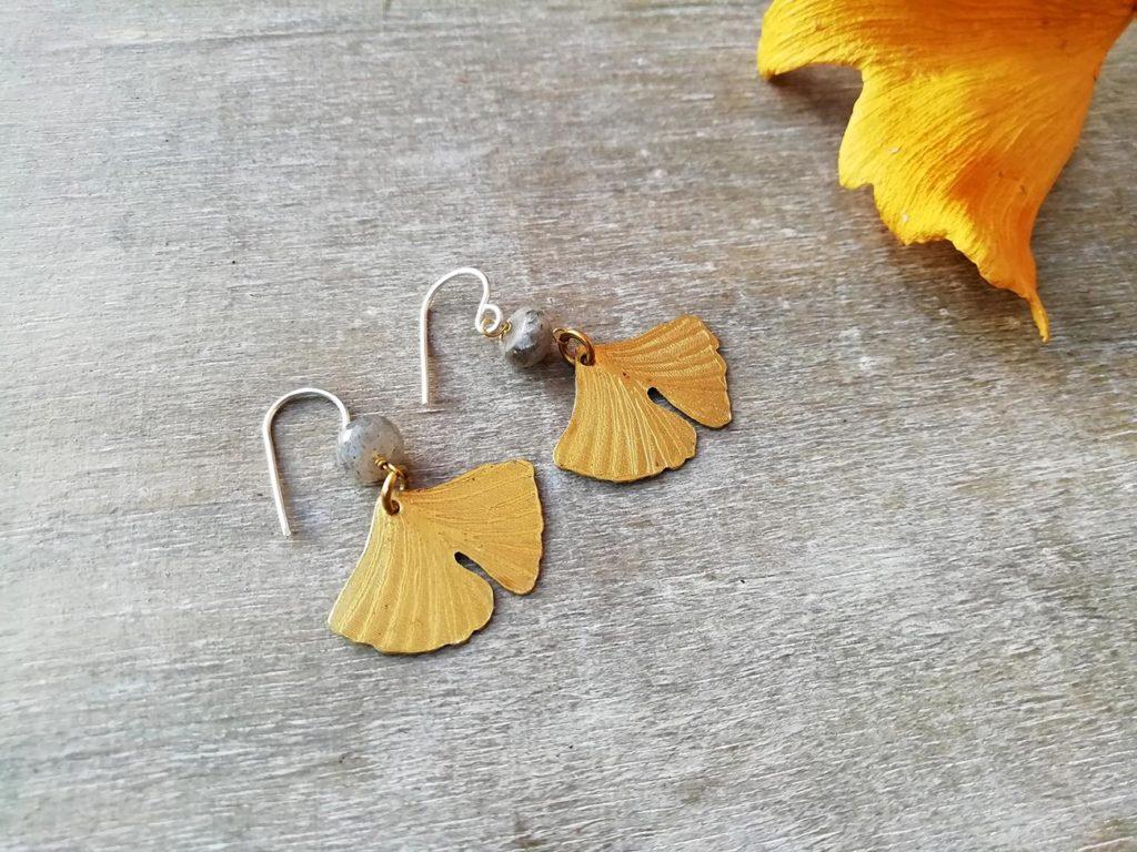 orecchini con foglia dorata di ginkgo