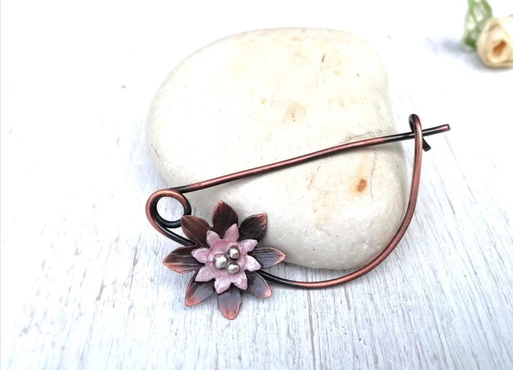 spilla con fiore di loto rosa