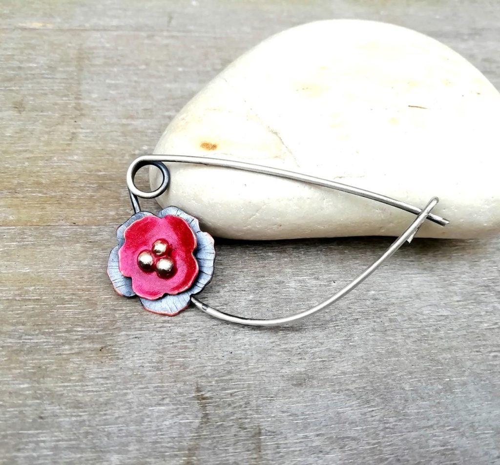 spilla con fiore di papavero rosso
